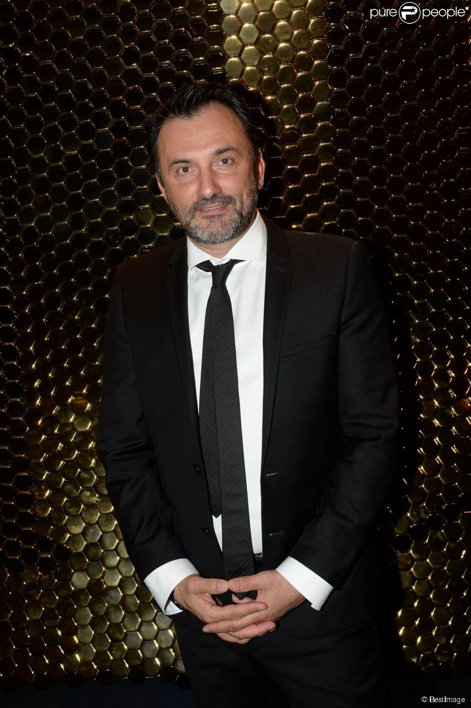 Frédéric Lopez pose lors de la 10e cérémonie des Globes de Cristal au Lido à Paris, le 13 avril 2015.