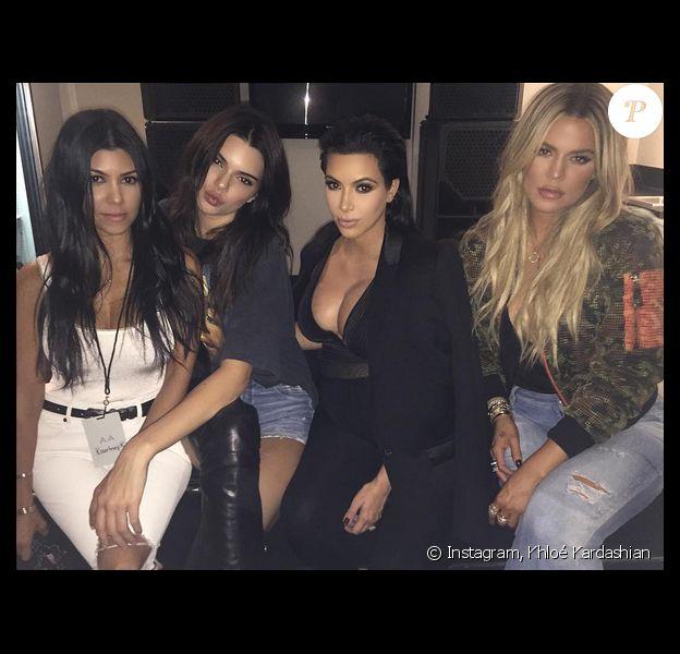 Kourtney, Kendall Jenner, Kim et Khloé Kardashian dans les coulisses de l'Hollywood Bowl à Los Angeles, lors du concert de Kanye West. Photo publiée le 25 septembre 2015.