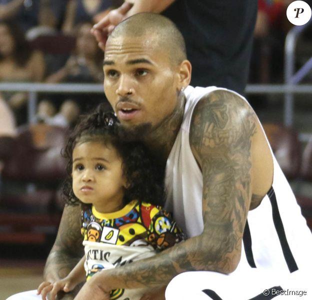 Chris Brown et sa fille Royalty - People au match de basket Power 106 celebrity All-Star à Los Angeles le 20 septembre 2015.