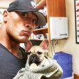 Dwayne Johnson a rajouté une photo avec son chien Brutus chez le véterinaire, sur son compte Instagram.