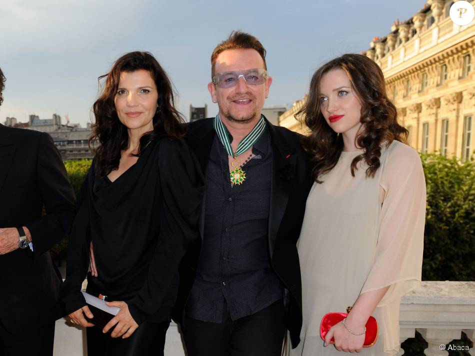 bono alison hewson et leur fille eve au minist re de la culture o bono a re u les insignes de. Black Bedroom Furniture Sets. Home Design Ideas
