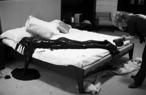 PHOTOS : La James Bond Girl Gemma Aterton, complètement nue et... recouverte de pétrole !