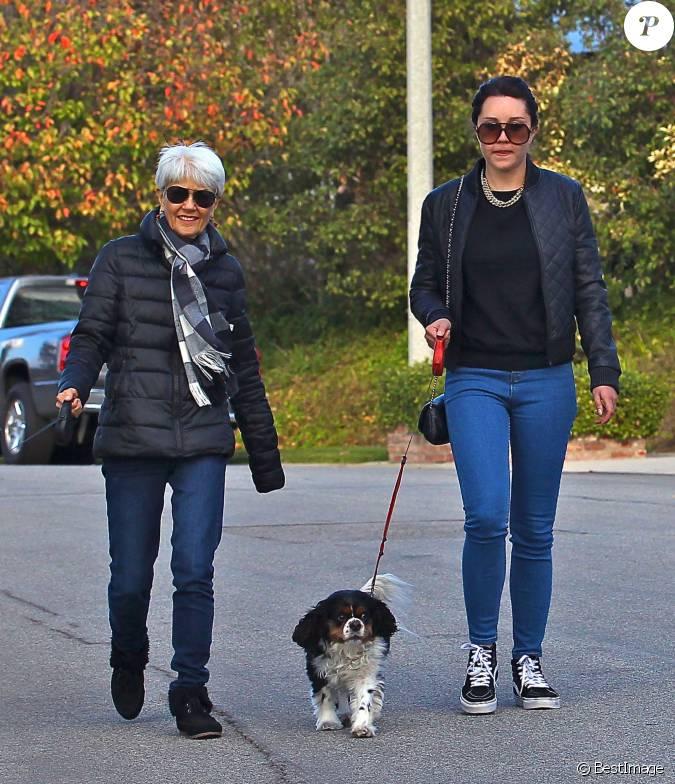 amanda bynes se promene avec ses parents a thousand oaks le 6 decembre 2013. Black Bedroom Furniture Sets. Home Design Ideas