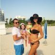 Arnaud Lagardère, Jade Foret et leurs deux filles profitent d'une sortie à la plage, en octobre 2015.
