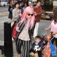 Lily Allen (cheveux roses) dans les rues de Londres lors de la fashion week, le 20 septembre 2015.