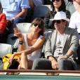 Patrick Bruel et sa compagne Caroline - People dans les tribunes lors du tournoi de tennis de Roland Garros à Paris le 30 mai 2015.