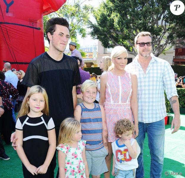 Tori Spelling, son mari Dean McDermott et leurs enfants à la première du film The Peanuts Movie à Los Angeles, le 1er novembre 2015