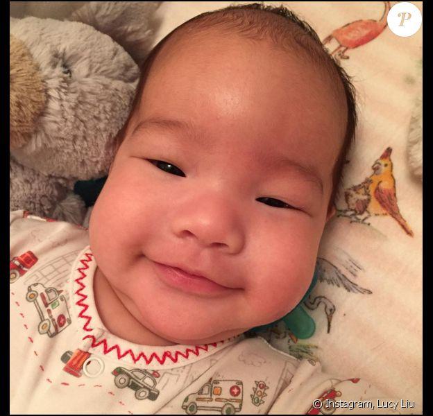 Lucy Liu a posté une nouvelle photo de son petit garçon Rockwell (photo postée le 3 novembre 2015)