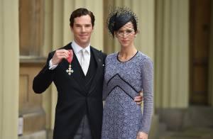 Benedict Cumberbatch décoré par Elizabeth II, sous les yeux de son épouse, fière
