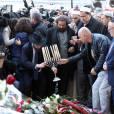 Marek Halter et l'imam de Drancy Hassen Chalghoumi rendent hommage aux victimes de l'attentat terroriste du Bataclan à Paris le 15 novembre 2015. Des attaques terroristes ont eu lieu simultanément dans six endroits à Paris et à Saint-Denis faisant au moins 130 morts et plus de 300 blessés. L'état d'urgence est en vigueur. © Dominique Jacovides / Bestimage
