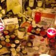 Des centaines de bougies, gerbes de fleurs et messages ont été déposés près du Bataclan, à l'angle de la rue de Crussol et du boulevard Voltaire, à la nuit tombée le dimanche 15 novembre 2015, en hommage aux victimes des attentats terroristes du 13 novembre 2015 à Paris © Vincent Emery / Bestimage.