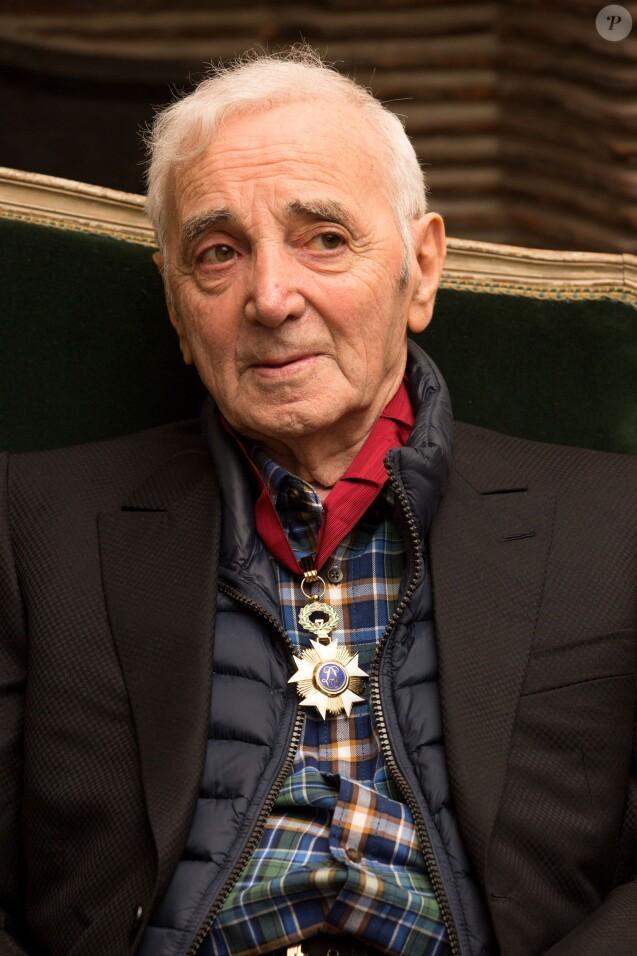 Charles Aznavour est décoré au grade de Commandeur de l'Ordre de la Couronne de Belgique à Bruxelles le 16 novembre 2015.