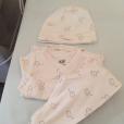 Moundir dévoile la tenue portée par sa fille Aliya après son premier bain. Le 19 novembre 2015.