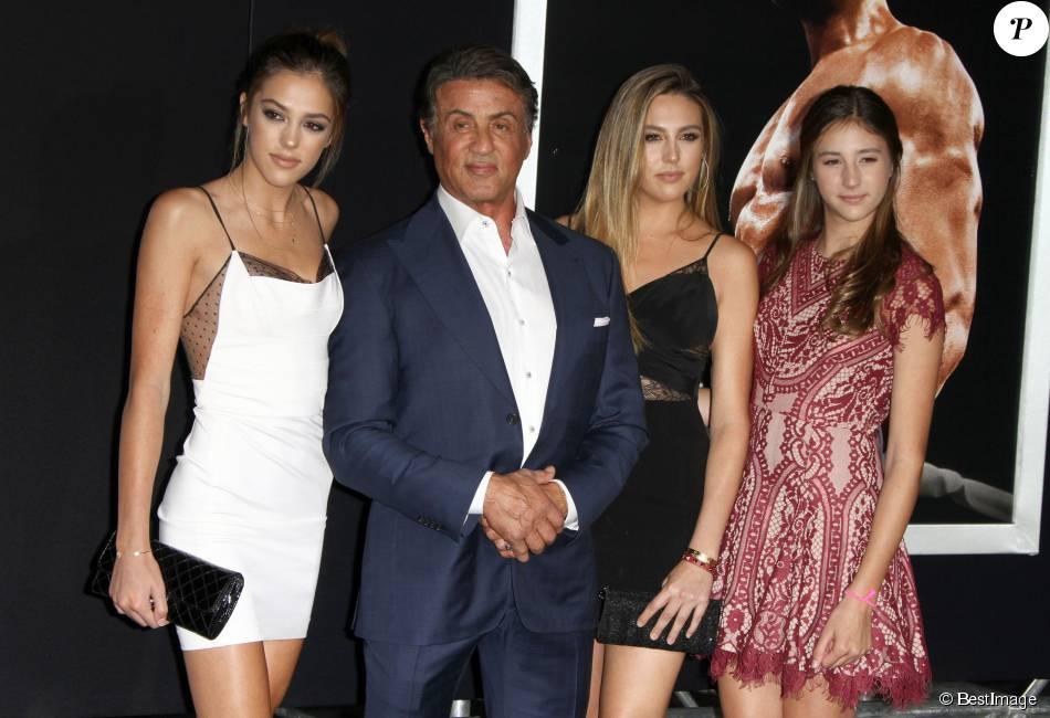 Sylvester Stallone et ses filles, Sistine Rose Stallone, Sophia Rose Stallone, Scarlet Rose Stalloneà la première de Creed au théâtre Regency Village à Westwood, le 19 novembre 2015.