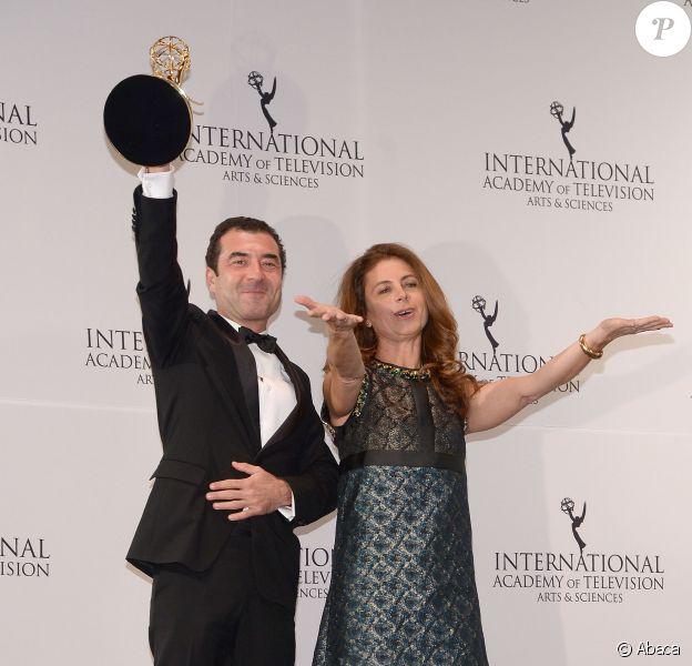 Les producteurs d'Engrenages, Vassili Clert et Anne Landois, avec le prix de meilleure série - Cérémonie des International Emmy Awards à New York le 23 novembre 2015