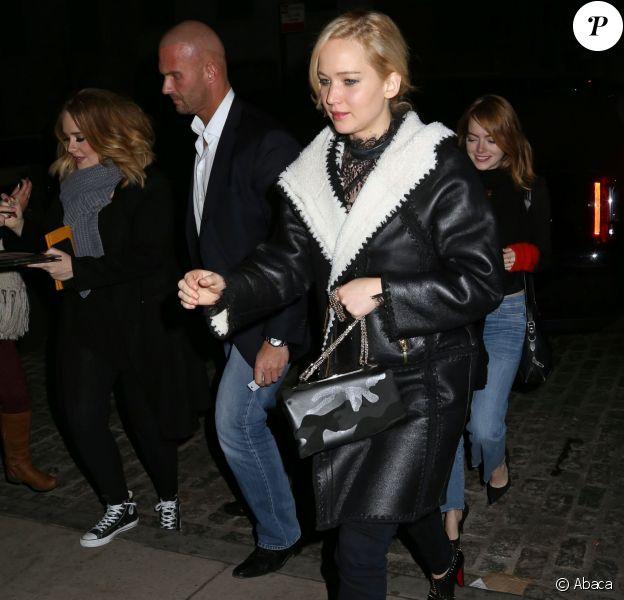 Jennifer Lawrence s'offre une soirée entre filles avec Adele et Emma Stone (derrière elle) à New York City, le 23 novembre 2015.