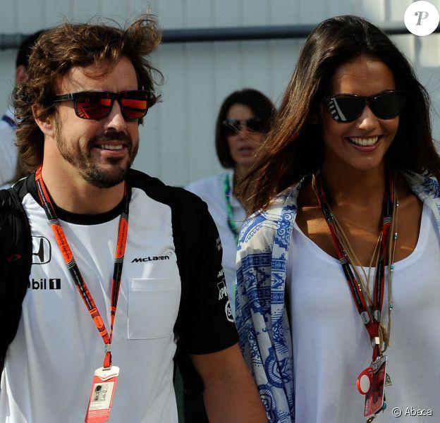 Fernando Alonso, tout sourire au côté de sa belle Lara Alvarez, dans le paddock du Grand Prix de Hongrie sur le circuit du Hungaroring, le 25 juillet 2015