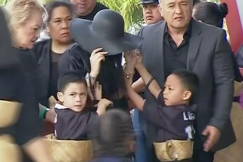 Jonah Lomu: Sa veuve, effondrée, et ses fils entourés pour un adieu traditionnel