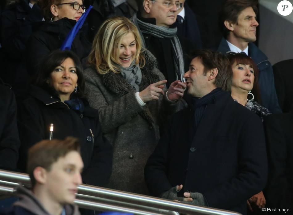 Anne Hidalgo (maire de Paris), Michèle Laroque, son compagnon François Baroin - Personnalités lors du match de football Paris Saint-Germain (PSG) -Troyes au Parc des Princes à Paris, le 28 novembre 2015.
