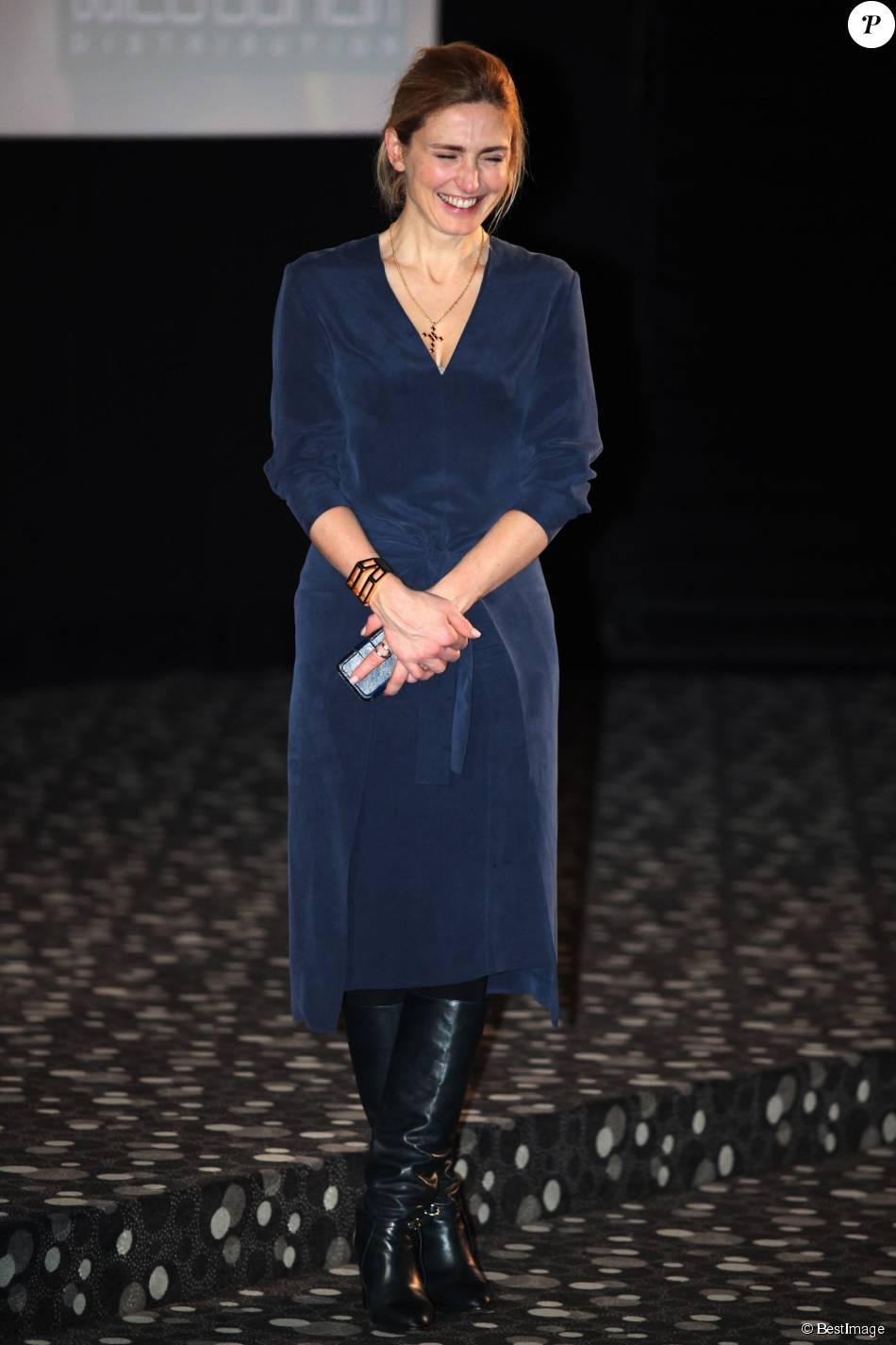"""Julie Gayet et son beau sourire de sortie pour soutenir """"La Fille du patron""""..."""
