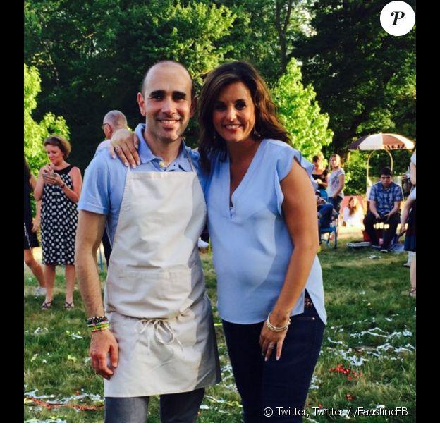 """Cyril, gagnant de la quatrième édition du """"Meilleur pâtissier"""" sur M6, prend la pose avec Faustine Bollaert. Novembre 2015."""