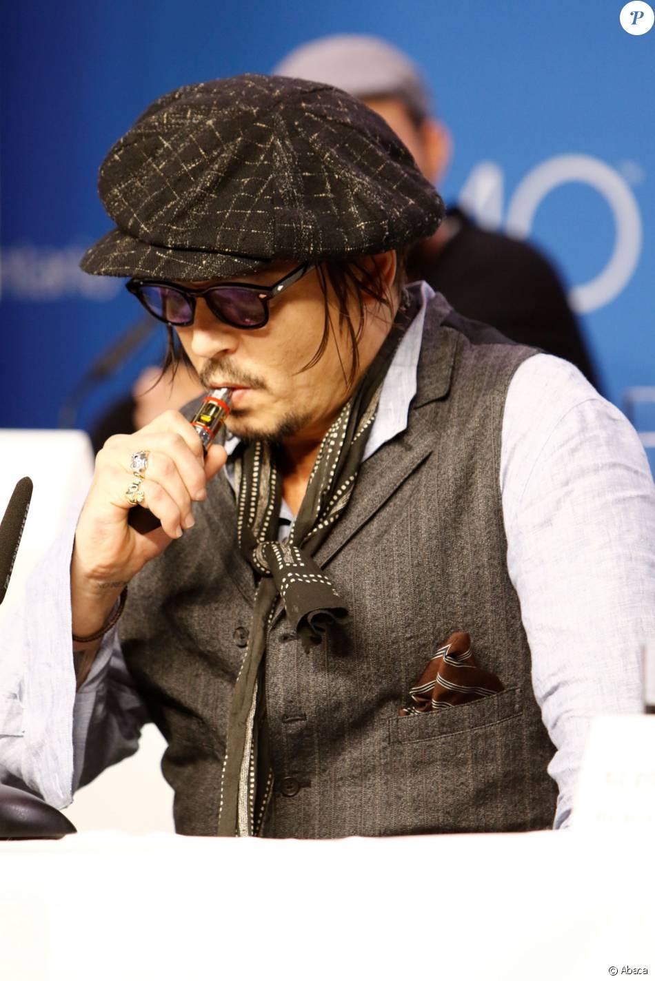 Johnny Depp Fume Une Cigarette Electronique