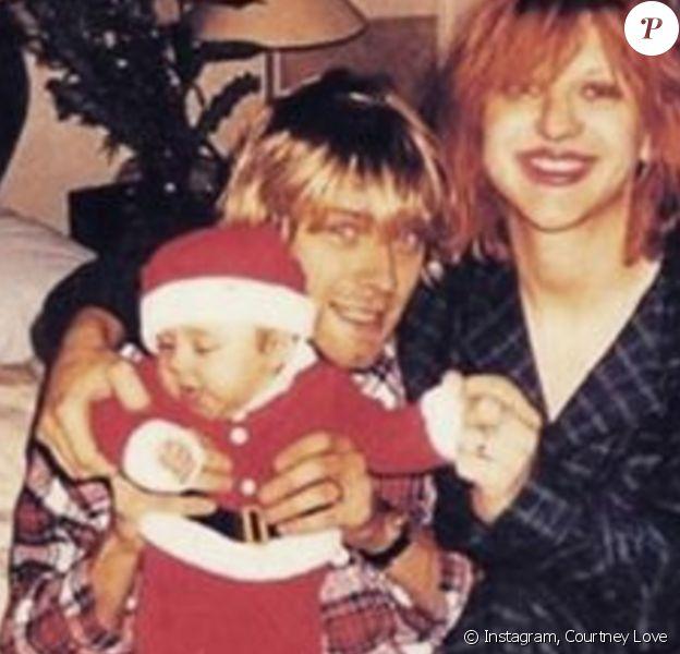 Frances Bean Cobain, bébé, dans les bras de ses parents. Photo postée par Courtney Love le 26 décembre 2015.