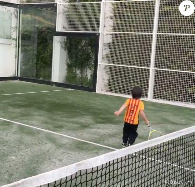 Milan fait du tennis avec son père Gerard Piqué le 8 janvier 2016.