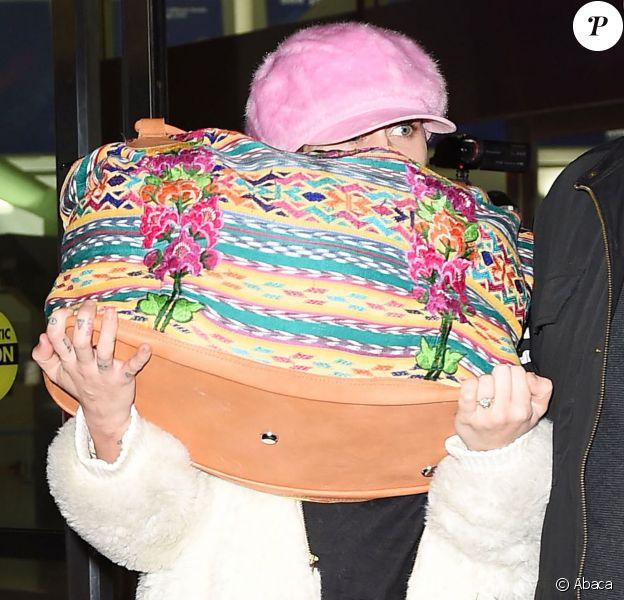 Miley Cyrus, la bague au doigt, arrive à l'aéroport JFK à New York, le 17 janvier 2016
