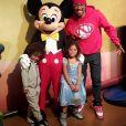 Nick Cannon et ses jumeaux Monroe et Moroccan, nés de son union avec Mariah Carey, passent la journée à Disneyland. Photo publiée sur Instagram au mois de janvier 2016.
