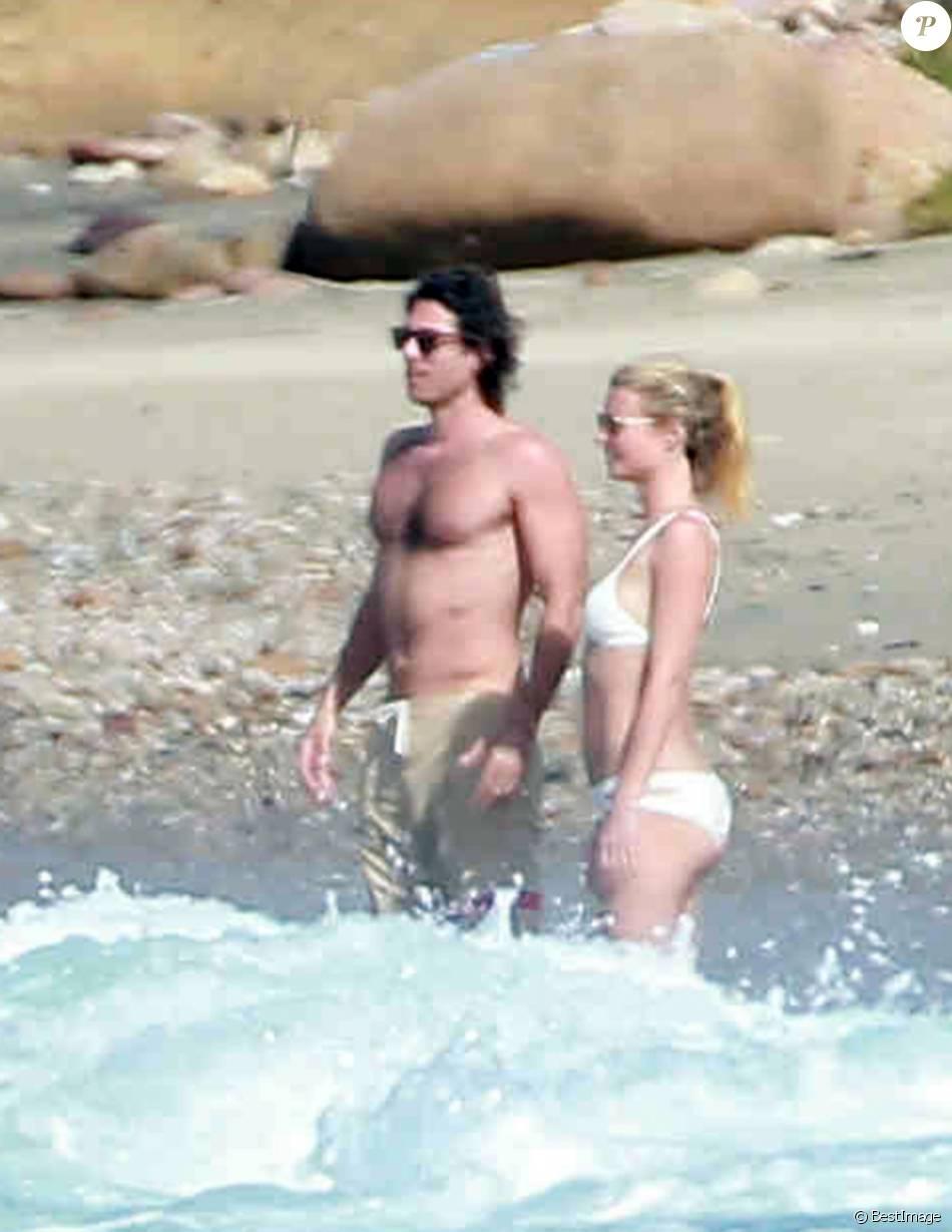 Exclusif - Gwyneth Paltrow et son compagnon Brad Falchuk profitent de leurs vacances sur une plage au Mexique, le 14 janvier 2016.