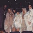 Kris Jenner, Lamar Odom, Khloé Kardashian, Kylie Jenner, Kim Kardashian, Kendall Jenner, la petite North West dans les bras de Kourtney Kardashian lors du défilé de mode Yeezus du rappeur et créateur Kanye West. Photo publiée sur Instagram, le 11 février 2016.