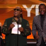 Grammy Awards 2016 : Stevie Wonder se moque du public, laissé à l'aveugle...