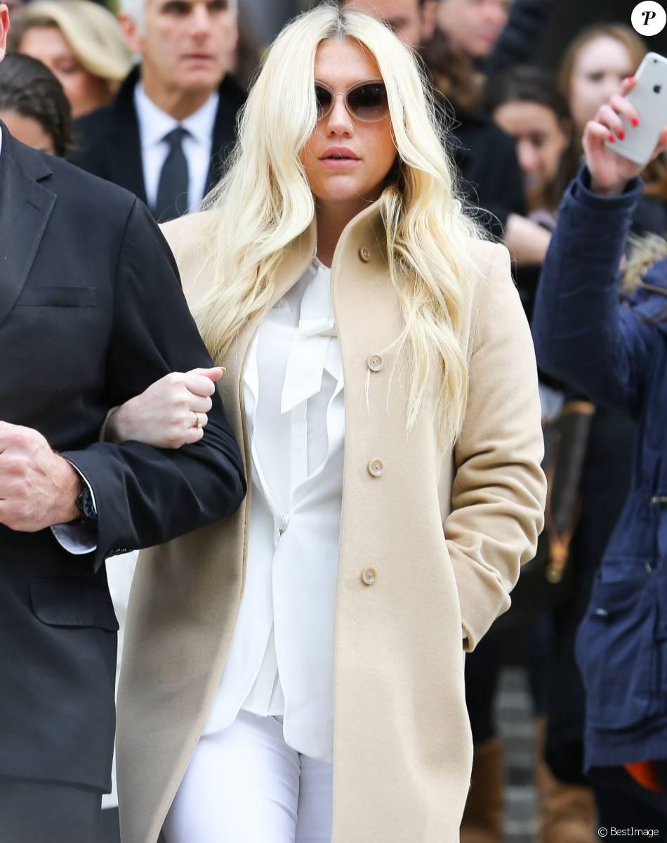 La chanteuse Kesha quitte la court de New York après son audition dans l'affaire qui l'oppose à son ex-producteur, Dr Luke le 19 février 2016.