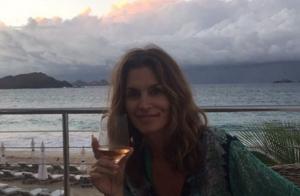 Cindy Crawford : 50e anniversaire en amoureux et selfie qui fait le buzz