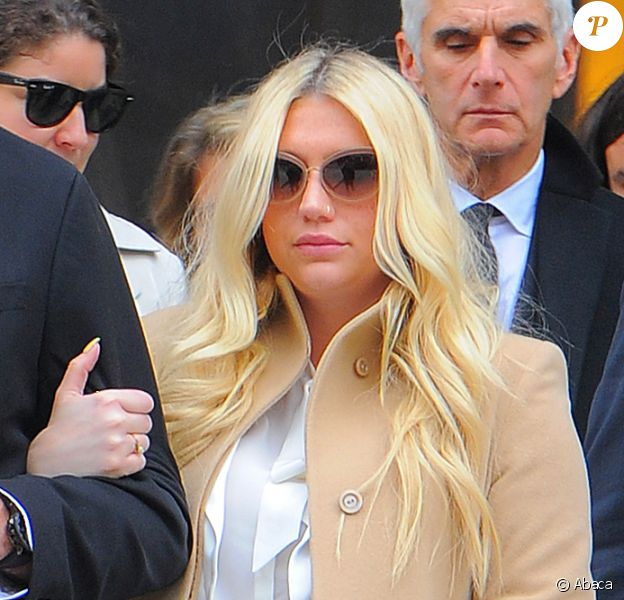 La chanteuse Kesha quitte la cour de New York après son audition dans l'affaire qui l'oppose à Dr. Luke, le 19 février 2016.