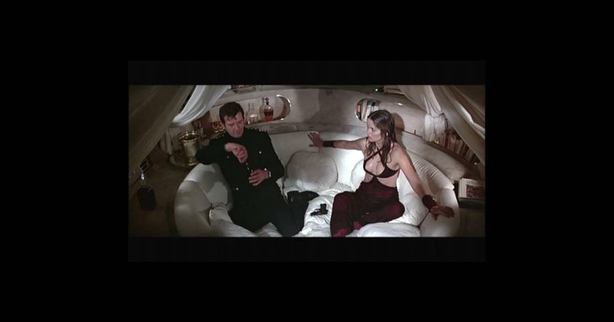 en 1977 barbara bach appara t dans l espion qui m aimait. Black Bedroom Furniture Sets. Home Design Ideas