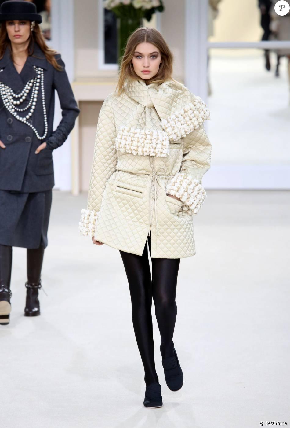 gigi hadid d fil de mode chanel pr t porter automne hiver 2016 2017 au grand palais paris. Black Bedroom Furniture Sets. Home Design Ideas