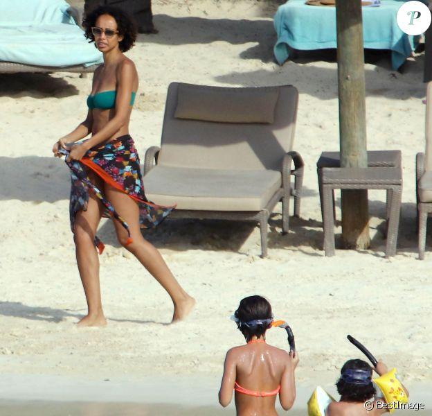 Exclusif - Sonia Rolland en vacances avec ses filles Kahina et Tess à l'île Maurice le 1er mars 2016.