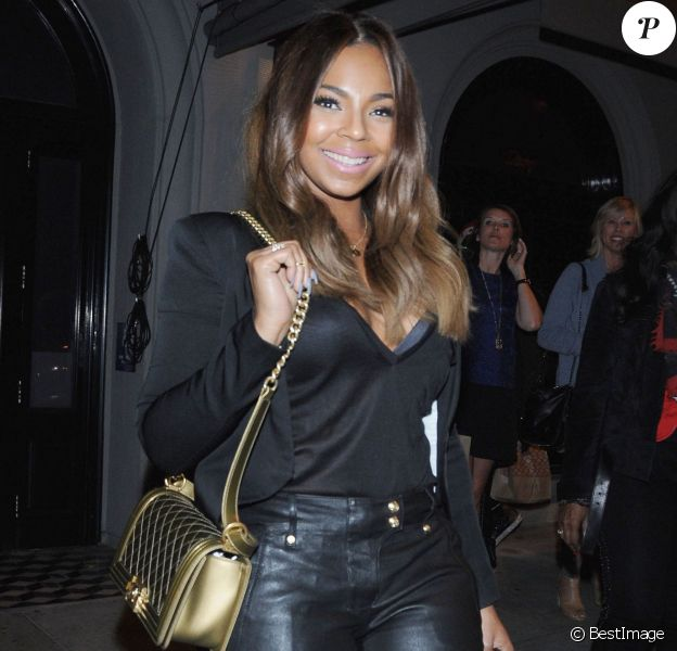 La chanteuse Ashanti sortant du restaurant Craig à West Hollywood, Los Angeles le 2 décembre 2015.