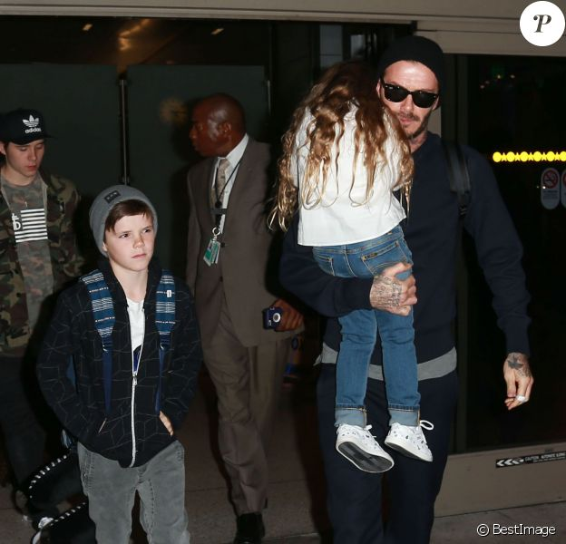 David Beckham et ses enfants Brooklyn, Romeo, Cruz et Harper arrivent à l'aéroport LAX de Los Angeles, le 24 mars 2016.