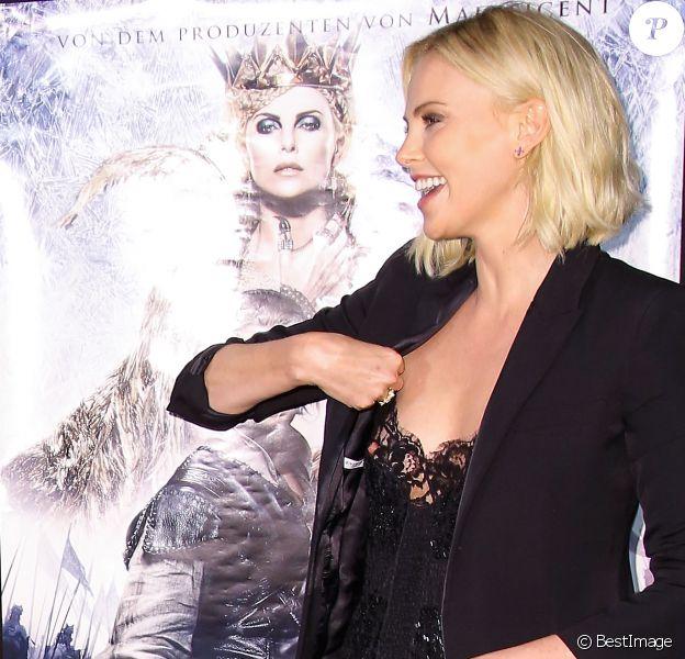 """Charlize Theron a eu un petit soucis avec son corset et laisse apparaître un téton - Première du film """"Le Chasseur et la Reine des Glaces"""" à Hambourg le 29 mars 2016."""