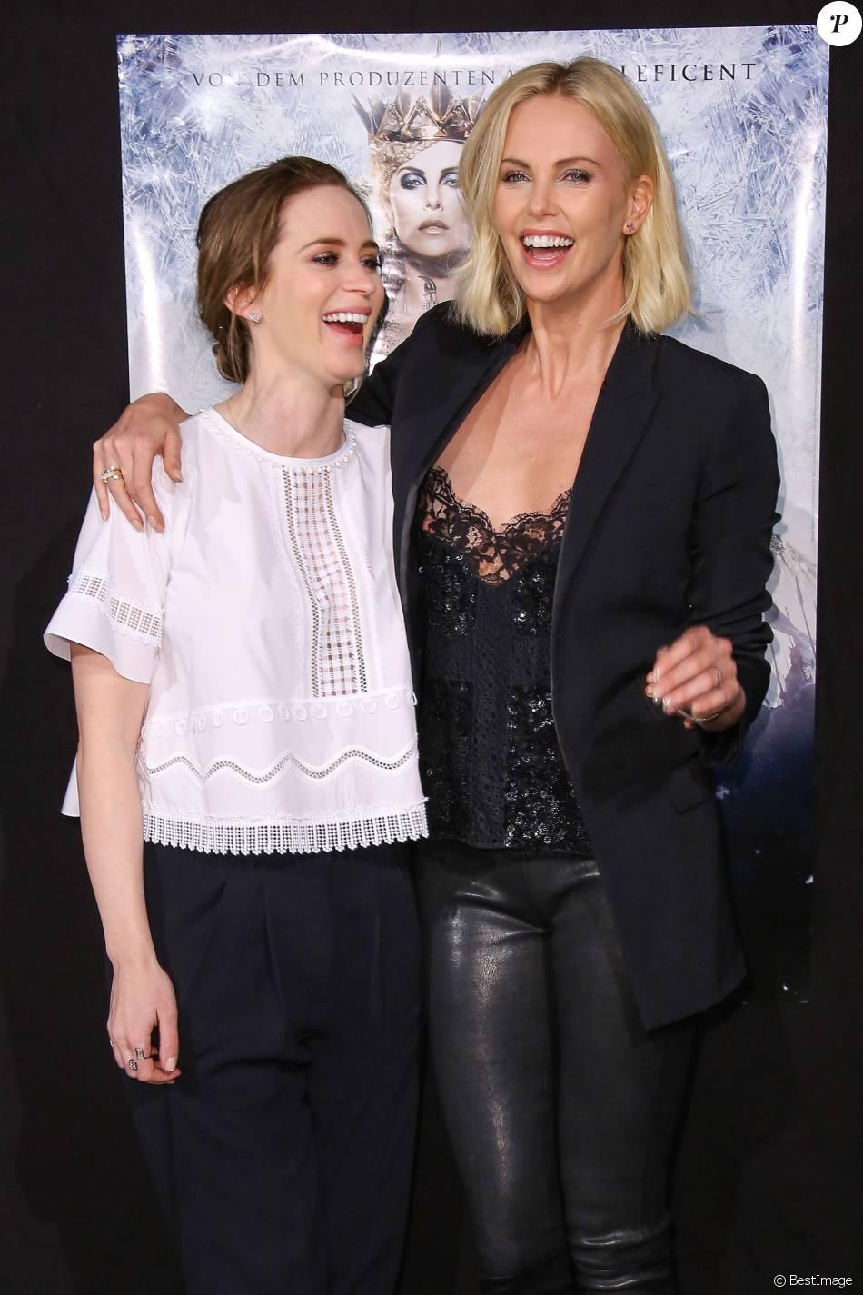 Emily Blunt Et Charlize Theron Premiere Du Film Le Chasseur Et La Reine Des Glaces A Hambourg Le 29 Mars 2016 Purepeople
