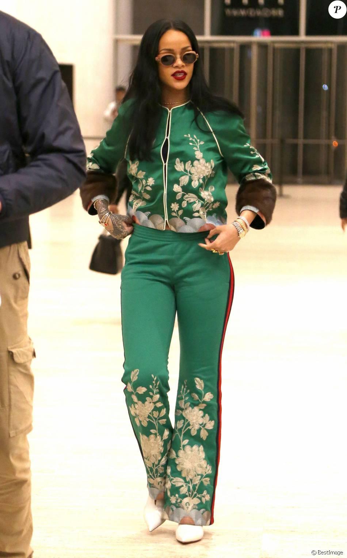 3c3fc9955204 Rihanna surprise à New York, porte une veste et un pantalon Gucci  (printemps-