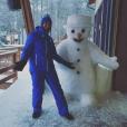 Thibault pose avec un bonhomme de neige en Laponie.