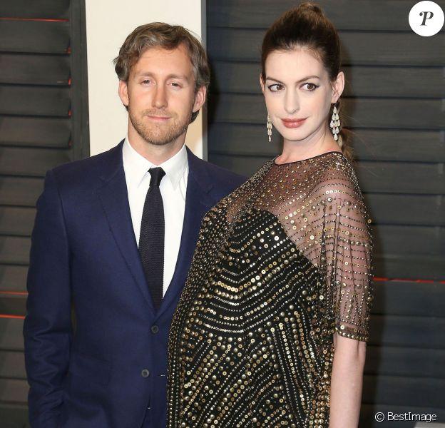 """Adam Shulman et sa femme Anne Hathaway (enceinte) - People à la soirée """"Vanity Fair Oscar Party"""" après la 88ème cérémonie des Oscars à Hollywood, le 28 février 2016."""