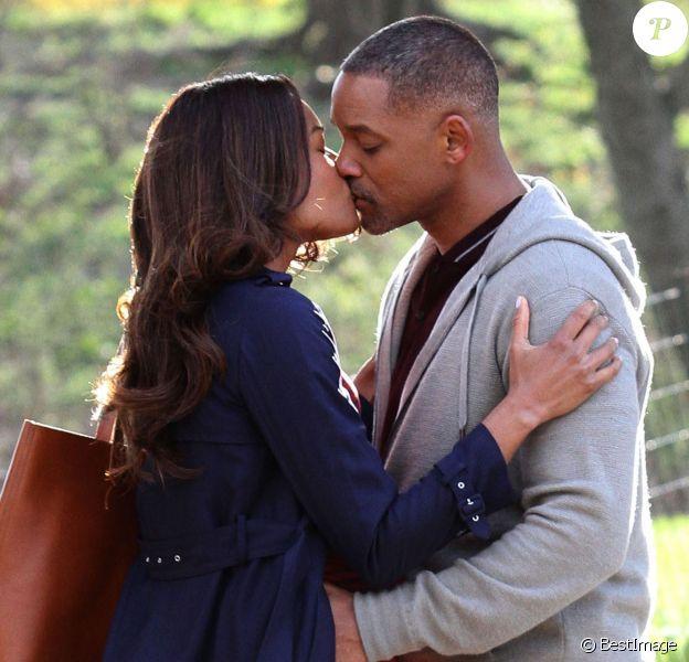 """Will Smith embrasse sa partenaire Naomie Harris pour une scène du film """"Collateral Beauty"""" à New York le 6 avril 2016. Dans le film, le personnage joué par Naomie Harris est enceinte."""