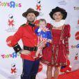 Jason Priestley, sa femme Naomi et leur fille Ava à la fête organisée par AIDS pour Halloween, le 25/10/08
