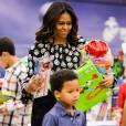 """La première dame des Etats-Unis Michelle Obama aide la fondation """"Marine Corps Foundation's Toys for Tots"""" à trier des jouets et à les distribuer aux enfants sur la base Joint Base Anacostia-Bolling à Washington. Le 9 décembre 2015"""