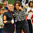 """Michelle Obama aide la fondation """"Marine Corps Foundation's Toys for Tots"""" à trier des jouets et à les distribuer aux enfants sur la base Joint Base Anacostia-Bolling à Washington. Le 9 décembre 2015"""